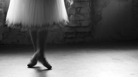 Ballerina rotera på hennes tår i balettstudio stock video