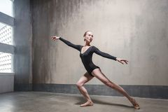 Ballerina sensuale che prova il suo ballo classico vicino alla finestra fotografia stock libera da diritti