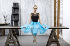 Ballerina sitzt auf Tabelle Lizenzfreie Stockfotografie