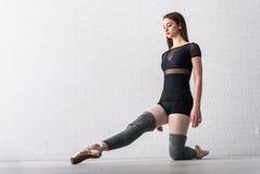 Ballerina som öva på golvet av hennes konststudio arkivfoton