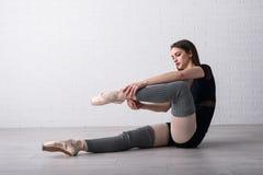 Ballerina som öva på golvet av hennes konststudio arkivfoto