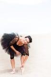 Ballerina som böjer och sträcker fotografering för bildbyråer
