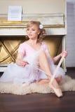 Ballerina som binder Pointe skor Royaltyfri Bild