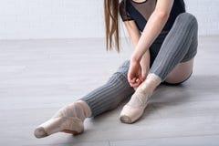 Ballerina som binder skor Arkivfoton