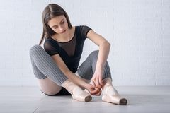 Ballerina som binder skor Arkivfoto