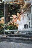 Ballerina som dansar nära byggnad under konstruktion arkivfoto