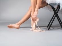 Ballerina som får klar för utbildning royaltyfri foto