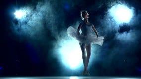 Ballerina som gör en genomkörare i klassrumet på blått stock video
