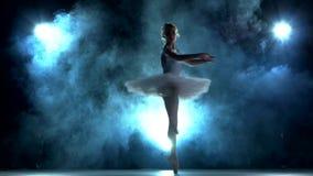 Ballerina som gör en genomkörare på blått lager videofilmer