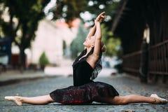 Ballerina som gör splittringarna royaltyfri foto
