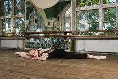 Ballerina som gör sträcka övningar Fotografering för Bildbyråer