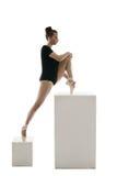 Ballerina som gör sträckning, övar i studio Royaltyfri Foto