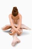 ballerina som gör sittande elasticiteter Fotografering för Bildbyråer