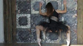 Ballerina som inomhus dansar, tappning Sund livsstilbalett arkivfilmer