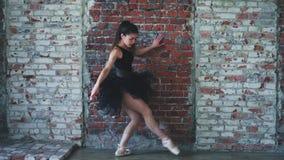 Ballerina som inomhus dansar, tappning Sund livsstilbalett stock video