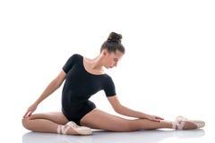 Ballerina som poserar behagfullt under repetition royaltyfri bild