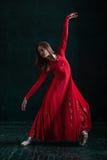 Ballerina som poserar i pointeskor på den svarta träpaviljongen Arkivfoton