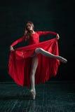 Ballerina som poserar i pointeskor på den svarta träpaviljongen Arkivbild