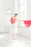 Ballerina som poserar i pointeskor på den vita träpaviljongen Arkivbilder