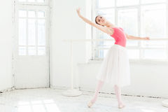 Ballerina som poserar i pointeskor på den vita träpaviljongen Royaltyfri Foto