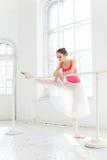 Ballerina som poserar i pointeskor på den vita träpaviljongen Fotografering för Bildbyråer