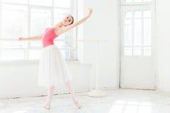 Ballerina som poserar i pointeskor på den vita träpaviljongen Royaltyfri Fotografi