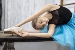 Ballerina som poserar på tabellen royaltyfria bilder
