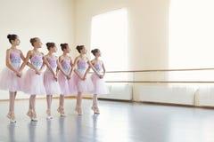 Ballerina som repeterar dans av små svanar i grupp royaltyfria bilder