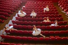 Ballerina som sitter i den tomma salongteatern Arkivfoto