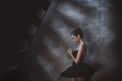 Ballerina som ska bes royaltyfri fotografi