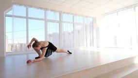 Ballerina som sträcker i balettskola lager videofilmer