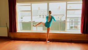 Ballerina som sträcker i dansstudion 4k stock video