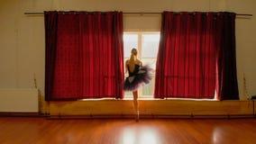 Ballerina som sträcker i dansstudion 4k lager videofilmer
