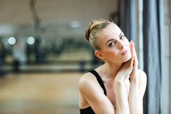 Ballerina som vilar i balettgrupp Arkivfoton