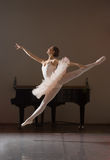 Ballerina in sprong Stock Afbeelding