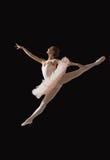 Ballerina in sprong op zwarte wordt geïsoleerd die Royalty-vrije Stock Fotografie