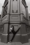 Ballerina sul pointe dell'en di spaccatura vicino alla parete nera Fotografia Stock Libera da Diritti