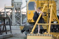 Ballerina sulla siviera fotografie stock