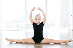 Ballerina sveglia della bambina che fa cordicella a scuola di balletto Fotografie Stock