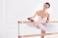 Ballerina tenera che fa un allungamento prima del ballo Immagine Stock Libera da Diritti