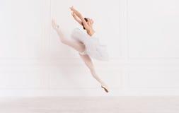 Ballerina tenera che salta sopra il fondo bianco Fotografia Stock Libera da Diritti