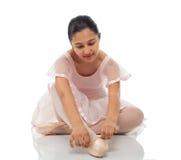 Ballerina terwijl het binden van zijn schoenen voor het dansen royalty-vrije stock foto's