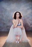 Ballerina in un costume da bagno bianco con un bello corpo che sta sulle scarpe del pointe Fotografia Stock Libera da Diritti