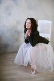 Ballerina in un costume da bagno bianco e della gonna lunga con un bello corpo che sta sulle scarpe del pointe Fotografia Stock Libera da Diritti