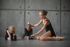 Ballerina undervisar flickor Arkivfoto