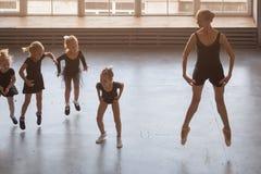 Ballerina undervisar flickor Arkivbild