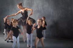 Ballerina undervisar flickor Arkivfoton