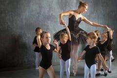 Ballerina undervisar flickor Royaltyfri Foto