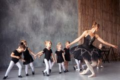 Ballerina unterrichten Mädchen Lizenzfreie Stockfotografie