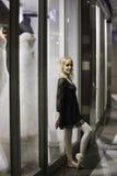 Ballerina urbana che pende contro la finestra di deposito Fotografia Stock Libera da Diritti